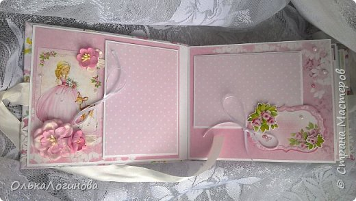 """Всем доброго дня!!!Хочу показать вам свою новую работу:альбом для маленькой принцессы.Мягкая обложка:переплетный картон проложен синтепоном и обтянут тканью,широкое кружево,атласная лента,корешок проклеен и укреплен брадс.Внутри бумага для скрапбукинга Scrapberry's коллекция """"Волшебная страна"""",цветы,полубусины. фото 2"""