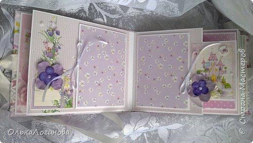 """Всем доброго дня!!!Хочу показать вам свою новую работу:альбом для маленькой принцессы.Мягкая обложка:переплетный картон проложен синтепоном и обтянут тканью,широкое кружево,атласная лента,корешок проклеен и укреплен брадс.Внутри бумага для скрапбукинга Scrapberry's коллекция """"Волшебная страна"""",цветы,полубусины. фото 3"""