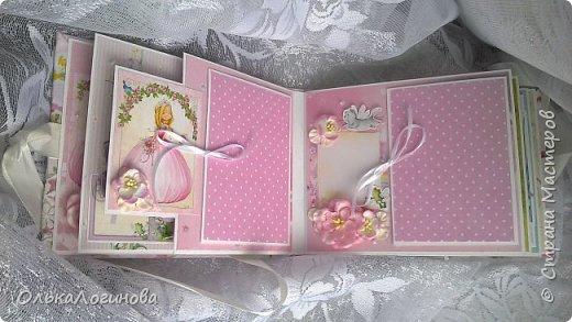 """Всем доброго дня!!!Хочу показать вам свою новую работу:альбом для маленькой принцессы.Мягкая обложка:переплетный картон проложен синтепоном и обтянут тканью,широкое кружево,атласная лента,корешок проклеен и укреплен брадс.Внутри бумага для скрапбукинга Scrapberry's коллекция """"Волшебная страна"""",цветы,полубусины. фото 4"""