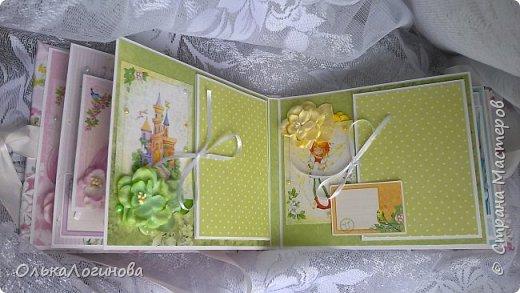 """Всем доброго дня!!!Хочу показать вам свою новую работу:альбом для маленькой принцессы.Мягкая обложка:переплетный картон проложен синтепоном и обтянут тканью,широкое кружево,атласная лента,корешок проклеен и укреплен брадс.Внутри бумага для скрапбукинга Scrapberry's коллекция """"Волшебная страна"""",цветы,полубусины. фото 5"""