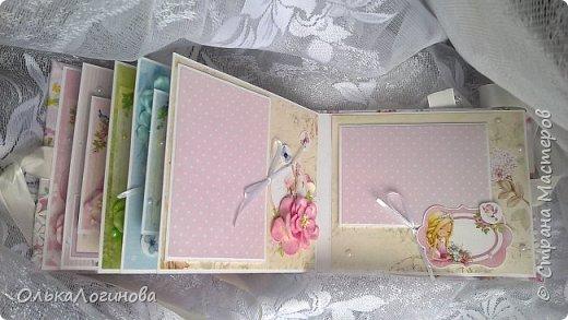 """Всем доброго дня!!!Хочу показать вам свою новую работу:альбом для маленькой принцессы.Мягкая обложка:переплетный картон проложен синтепоном и обтянут тканью,широкое кружево,атласная лента,корешок проклеен и укреплен брадс.Внутри бумага для скрапбукинга Scrapberry's коллекция """"Волшебная страна"""",цветы,полубусины. фото 8"""