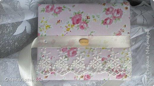 """Всем доброго дня!!!Хочу показать вам свою новую работу:альбом для маленькой принцессы.Мягкая обложка:переплетный картон проложен синтепоном и обтянут тканью,широкое кружево,атласная лента,корешок проклеен и укреплен брадс.Внутри бумага для скрапбукинга Scrapberry's коллекция """"Волшебная страна"""",цветы,полубусины. фото 10"""