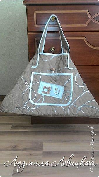 """Здравствуйте! Хочу показать Вам еще одну вещицу из серии """"Утилизация"""". Это о-о-очень вместительная сумка для рукоделия. Эту сумку, наполнив всем необходимым для рукоделия, можно взять с собой, к примеру, на дачу или куда-то в поездку... Для меня она просто необходима, потому как даже на даче я нахожу время для творчества. И если раньше я рассовывала необходимые мне материалы по сумкам и пакетам, то теперь у меня все находится в одном месте. Очень удобно! Тем более что размеры сумки это позволяют! Сшита из остатков простеганного  двустороннего полотна на синтепоне, оставшегося от пошива чехлов. Окантованы все детали косой бейкой. Дно укреплено прокладкой из толстого картона, обшитого тканью. Прокладка вынимается, так что сумку можно смело стирать! В длину она-60см, высота-36 см, ширина-24см. Длина ручек от края сумки-24 см, что позволяет вешать её на плечо. Ручки простеганы, очень удобно держать в руках или повесить на плечо даже с приличным грузом.Вот так она выглядит в """"полусобранном"""" состоянии, т.е. пустая. фото 1"""