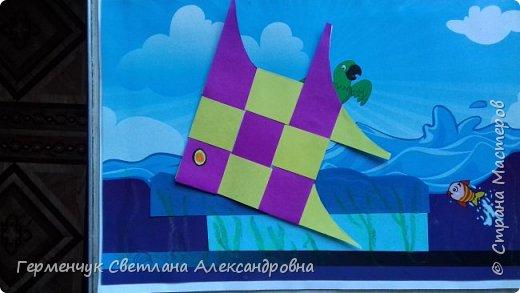 """Ребята 3 """"А"""" класса  учились переплетению полосок цветной бумаги . Получились  вот такие красавицы рыбки!  Придумывали  фантастические истории  со сказочными рыбками. Рыбка, которая познакомилась с акулой фото 2"""