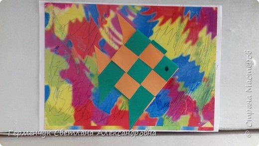 """Ребята 3 """"А"""" класса  учились переплетению полосок цветной бумаги . Получились  вот такие красавицы рыбки!  Придумывали  фантастические истории  со сказочными рыбками. Рыбка, которая познакомилась с акулой фото 4"""