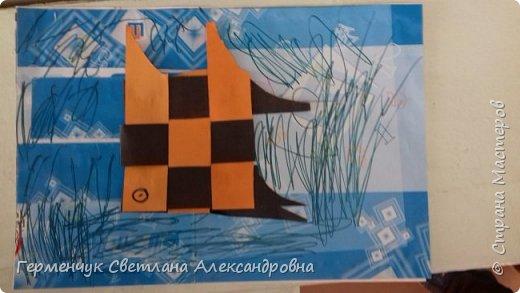 """Ребята 3 """"А"""" класса  учились переплетению полосок цветной бумаги . Получились  вот такие красавицы рыбки!  Придумывали  фантастические истории  со сказочными рыбками. Рыбка, которая познакомилась с акулой фото 5"""