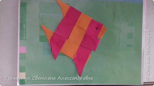 """Ребята 3 """"А"""" класса  учились переплетению полосок цветной бумаги . Получились  вот такие красавицы рыбки!  Придумывали  фантастические истории  со сказочными рыбками. Рыбка, которая познакомилась с акулой фото 8"""