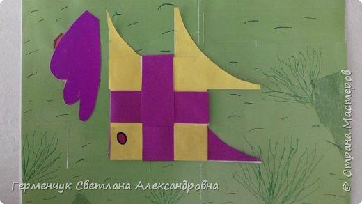 """Ребята 3 """"А"""" класса  учились переплетению полосок цветной бумаги . Получились  вот такие красавицы рыбки!  Придумывали  фантастические истории  со сказочными рыбками. Рыбка, которая познакомилась с акулой фото 11"""