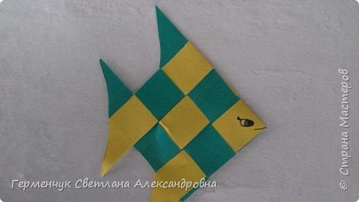 """Ребята 3 """"А"""" класса  учились переплетению полосок цветной бумаги . Получились  вот такие красавицы рыбки!  Придумывали  фантастические истории  со сказочными рыбками. Рыбка, которая познакомилась с акулой фото 12"""