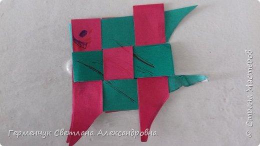 """Ребята 3 """"А"""" класса  учились переплетению полосок цветной бумаги . Получились  вот такие красавицы рыбки!  Придумывали  фантастические истории  со сказочными рыбками. Рыбка, которая познакомилась с акулой фото 15"""