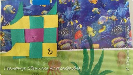 """Ребята 3 """"А"""" класса  учились переплетению полосок цветной бумаги . Получились  вот такие красавицы рыбки!  Придумывали  фантастические истории  со сказочными рыбками. Рыбка, которая познакомилась с акулой фото 16"""
