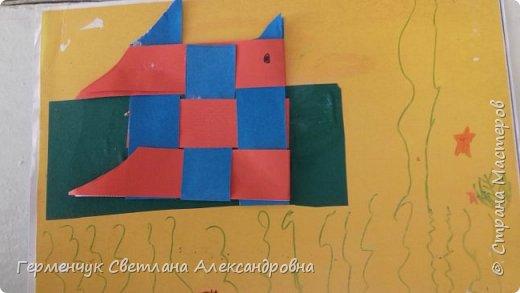 """Ребята 3 """"А"""" класса  учились переплетению полосок цветной бумаги . Получились  вот такие красавицы рыбки!  Придумывали  фантастические истории  со сказочными рыбками. Рыбка, которая познакомилась с акулой фото 19"""