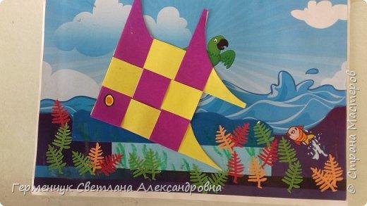 """Ребята 3 """"А"""" класса  учились переплетению полосок цветной бумаги . Получились  вот такие красавицы рыбки!  Придумывали  фантастические истории  со сказочными рыбками. Рыбка, которая познакомилась с акулой фото 23"""