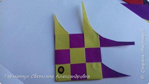 """Ребята 3 """"А"""" класса  учились переплетению полосок цветной бумаги . Получились  вот такие красавицы рыбки!  Придумывали  фантастические истории  со сказочными рыбками. Рыбка, которая познакомилась с акулой фото 35"""