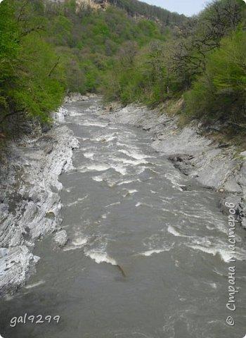 Описание местности. Примерно на середине дороги от пос. Хамышки до пос. Гузерипль республики Адыгея сливаются два мощных горных потока. Это  нижнем течении река Киша, загибаясь на запад, впадает в реку Белая.  фото 7