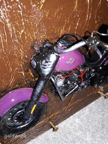 А вот и одна из самых трудоёмких работ у меня. Делала и подбирала два мотоцикла одновременно (второй выложу в другой день, фотки ещё не отсортированы) и ушло на них 1,5 месяца. Харлик, цвета БАКЛАЖАН... Будет много фоток и станет понятно из какого он хлама... фото 2