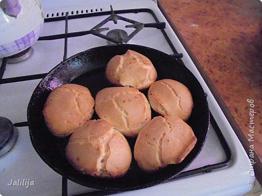 Приветствую  кулинаров Страны Мастеров и предлагаю сегодня очень простой рецепт приготовления хлебчиков на сковороде. Вот таких.  Он действительно  очень прост. На приготовление в целом уходит полчаса. Вместе с подготовкой нужных продуктов.  фото 1
