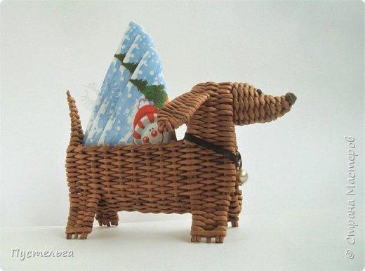 """В продолжение новогодней темы - собачка Буся (Бусинка).  Буся - умненькая собачка, может послужить салфетницей на новогоднем столе. Сплетена из кондопожской бумаги, полоски шириной 7 см, трубочки скручены на спице 1,2 мм, морилка НБХ """"Мокко"""", лак акриловый."""