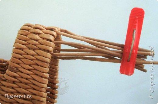 """В продолжение новогодней темы - собачка Буся (Бусинка).  Буся - умненькая собачка, может послужить салфетницей на новогоднем столе. Сплетена из кондопожской бумаги, полоски шириной 7 см, трубочки скручены на спице 1,2 мм, морилка НБХ """"Мокко"""", лак акриловый. фото 10"""