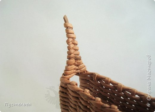 """В продолжение новогодней темы - собачка Буся (Бусинка).  Буся - умненькая собачка, может послужить салфетницей на новогоднем столе. Сплетена из кондопожской бумаги, полоски шириной 7 см, трубочки скручены на спице 1,2 мм, морилка НБХ """"Мокко"""", лак акриловый. фото 9"""