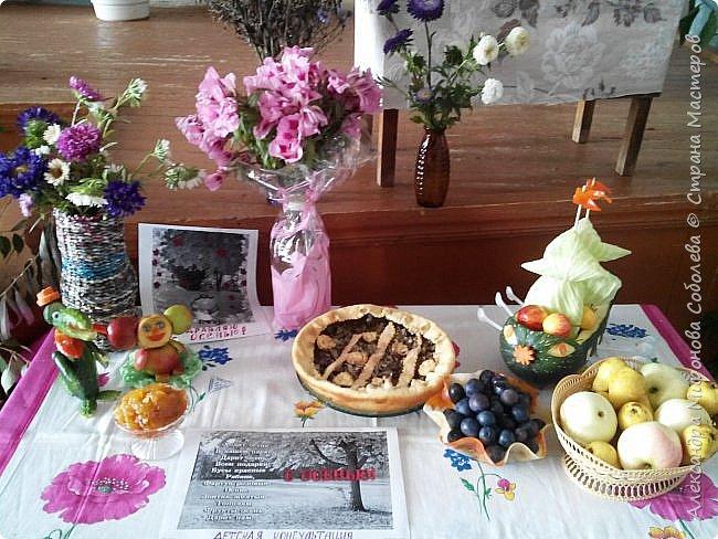 """Добрый день!  Вчера на работе был  ежегодный конкурс """"Дары природы"""".  Я принимала активное участие, вот специально шарлотку испекла. Попробовала с розами первый раз - всем очень понравилось... Рецепт тот же ( есть у меня во вкусностях, в начале моей странички).  Пирог надо было защитить - вот и стихи случились... Захотела  я испечь пирог. Купила сахара кулек. Муку и яйца припасла, Соль, соду в шкафчике нашла. Достала яблок из корзинки Из них я сделаю начинку. Быстро  тесто замесила, Туда же яблок накрошила Из яблок розы накрутила Ну чтобы покрасивше было Я пекла его для вас И вам дарю его сейчас… фото 13"""