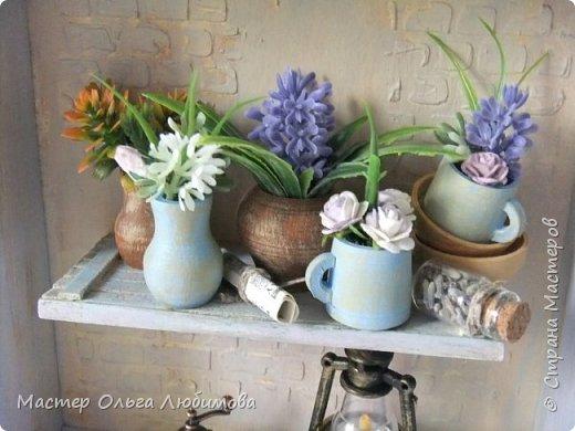 """Я отношу себя к числу тех людей, которые любят лаванду. Любят ее за аромат, за цвет, за необычность цветка, за нежность, за красоту... Мне всегда хочется  в композиции с цветами обязательно добавлять этот цветок. А еще очень много идей, связанных с созданием панно с лавандой. Одну из таких задумок я и осуществила, сделав панно """"Лавандовое вдохновение"""" . Чисто к стилю """"Прованс"""" я не старалась придерживаться, мне просто хотелось сделать что-то, обязательно связанное с этим цветком и цветом. Открытая деревянная коробочка, внутри которой по центру размещена полочка. На полочке расположились: кувшины, горшочки, кружки, тарелочки-все они из дерева, декорированы краской и цветами, цветами с лавандой. А еще на этой полочке есть маленькая стеклянная баночка с настоящими цветками лаванды и , в качестве дополнительного декора- газетный лист. А в нижней части расположены -старый фонарь и кофемолка с зернами кофе (натуральный). Такая композиция украсит кухню или любую другую часть комнаты или квартиры. фото 2"""