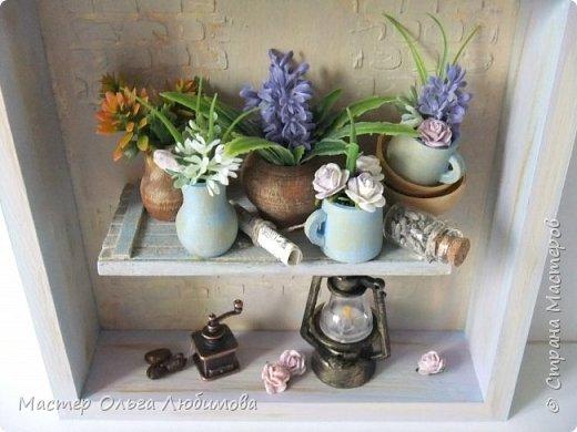"""Я отношу себя к числу тех людей, которые любят лаванду. Любят ее за аромат, за цвет, за необычность цветка, за нежность, за красоту... Мне всегда хочется  в композиции с цветами обязательно добавлять этот цветок. А еще очень много идей, связанных с созданием панно с лавандой. Одну из таких задумок я и осуществила, сделав панно """"Лавандовое вдохновение"""" . Чисто к стилю """"Прованс"""" я не старалась придерживаться, мне просто хотелось сделать что-то, обязательно связанное с этим цветком и цветом. Открытая деревянная коробочка, внутри которой по центру размещена полочка. На полочке расположились: кувшины, горшочки, кружки, тарелочки-все они из дерева, декорированы краской и цветами, цветами с лавандой. А еще на этой полочке есть маленькая стеклянная баночка с настоящими цветками лаванды и , в качестве дополнительного декора- газетный лист. А в нижней части расположены -старый фонарь и кофемолка с зернами кофе (натуральный). Такая композиция украсит кухню или любую другую часть комнаты или квартиры. фото 4"""