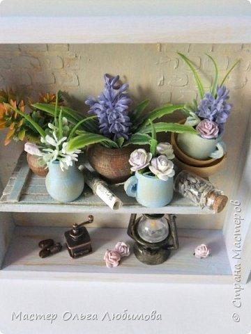 """Я отношу себя к числу тех людей, которые любят лаванду. Любят ее за аромат, за цвет, за необычность цветка, за нежность, за красоту... Мне всегда хочется  в композиции с цветами обязательно добавлять этот цветок. А еще очень много идей, связанных с созданием панно с лавандой. Одну из таких задумок я и осуществила, сделав панно """"Лавандовое вдохновение"""" . Чисто к стилю """"Прованс"""" я не старалась придерживаться, мне просто хотелось сделать что-то, обязательно связанное с этим цветком и цветом. Открытая деревянная коробочка, внутри которой по центру размещена полочка. На полочке расположились: кувшины, горшочки, кружки, тарелочки-все они из дерева, декорированы краской и цветами, цветами с лавандой. А еще на этой полочке есть маленькая стеклянная баночка с настоящими цветками лаванды и , в качестве дополнительного декора- газетный лист. А в нижней части расположены -старый фонарь и кофемолка с зернами кофе (натуральный). Такая композиция украсит кухню или любую другую часть комнаты или квартиры. фото 5"""