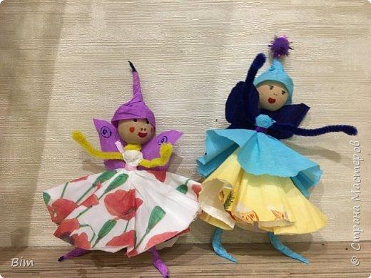 Демонстрационные изделия для мастер класса с детьми 8-10 лет. Используемые материалы; деревянная бусина, шинил, салфетка, гофрированная бумага, фломастеры. фото 1