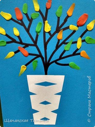 """Это дебют с моими """"новоприобретенными"""" первоклашками. Веточки нарисовала я маркером на картоне, а все остальное делали сами: вырезали из бумаги вазу, а листики размазывали пластилином. фото 1"""