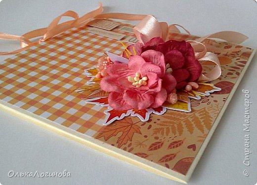 """Здравствуйте,дорогие мои!Хочу поделиться с вами своей новой работой:осенний конверт для диска.Как известно начало осени-пора свадеб вот для такого события и сделала этот конверт.Использовала остатки бумаги из набора """"Я люблю осень"""" от Арт-узор,готовые цветы-магнолии и высечки из фотобумаги(заказывала еще год назад к осеннему альбому,но не подошли и остались лежать в запасах),немного вырубки тоже нашлось в запасах хомячка,тычинки разной фактуры.Основа конверта-бумага для пастели с фактурой """"Лен"""",цвет палевый.Внутри просто два кармашка для дисков или поздравления(денежного подарка),не стала фотографировать. фото 6"""