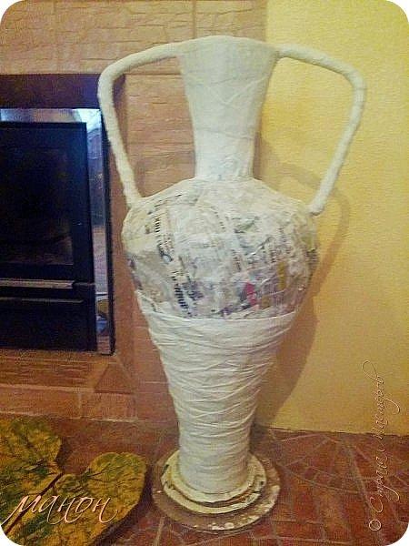 Всем привет!  Наконец-то доделала свою вазу.Мне кажется неплохо получилось.В СМ много разных красивых ваз,но внимательно изучив МК,поняла,что для меня слишком сложно будет вырезать из картона кучу деталей,а у мужа на стройке много всяко-разного.ИЗ остатков пенопласта и куска канализационной трубы,недолго мучившись,форма вазы нарисовалась сама.Там далее есть немного фото процесса.Сложнее было придумать рисунок.для начала приклеила яичную скорлупу,затем думала пейп-артом украсить,но лень одолела и я пошла самым лёгким путём,нанесла примитивный рисунок шпатлёвкой не сильно стараясь.По низу вазы и на ручках гипсовые отливки из пуговицы.далее покраска и лак.Высота что-то около метра..ВСЁ. Уже успела подарить,остались довольны. фото 9