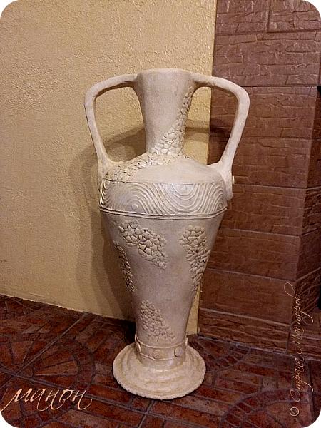 Всем привет!  Наконец-то доделала свою вазу.Мне кажется неплохо получилось.В СМ много разных красивых ваз,но внимательно изучив МК,поняла,что для меня слишком сложно будет вырезать из картона кучу деталей,а у мужа на стройке много всяко-разного.ИЗ остатков пенопласта и куска канализационной трубы,недолго мучившись,форма вазы нарисовалась сама.Там далее есть немного фото процесса.Сложнее было придумать рисунок.для начала приклеила яичную скорлупу,затем думала пейп-артом украсить,но лень одолела и я пошла самым лёгким путём,нанесла примитивный рисунок шпатлёвкой не сильно стараясь.По низу вазы и на ручках гипсовые отливки из пуговицы.далее покраска и лак.Высота что-то около метра..ВСЁ. Уже успела подарить,остались довольны. фото 1