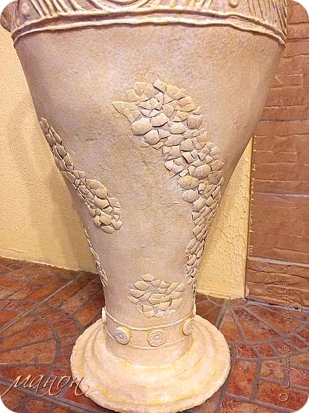Всем привет!  Наконец-то доделала свою вазу.Мне кажется неплохо получилось.В СМ много разных красивых ваз,но внимательно изучив МК,поняла,что для меня слишком сложно будет вырезать из картона кучу деталей,а у мужа на стройке много всяко-разного.ИЗ остатков пенопласта и куска канализационной трубы,недолго мучившись,форма вазы нарисовалась сама.Там далее есть немного фото процесса.Сложнее было придумать рисунок.для начала приклеила яичную скорлупу,затем думала пейп-артом украсить,но лень одолела и я пошла самым лёгким путём,нанесла примитивный рисунок шпатлёвкой не сильно стараясь.По низу вазы и на ручках гипсовые отливки из пуговицы.далее покраска и лак.Высота что-то около метра..ВСЁ. Уже успела подарить,остались довольны. фото 4
