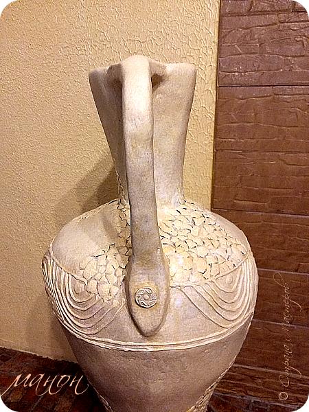 Всем привет!  Наконец-то доделала свою вазу.Мне кажется неплохо получилось.В СМ много разных красивых ваз,но внимательно изучив МК,поняла,что для меня слишком сложно будет вырезать из картона кучу деталей,а у мужа на стройке много всяко-разного.ИЗ остатков пенопласта и куска канализационной трубы,недолго мучившись,форма вазы нарисовалась сама.Там далее есть немного фото процесса.Сложнее было придумать рисунок.для начала приклеила яичную скорлупу,затем думала пейп-артом украсить,но лень одолела и я пошла самым лёгким путём,нанесла примитивный рисунок шпатлёвкой не сильно стараясь.По низу вазы и на ручках гипсовые отливки из пуговицы.далее покраска и лак.Высота что-то около метра..ВСЁ. Уже успела подарить,остались довольны. фото 5