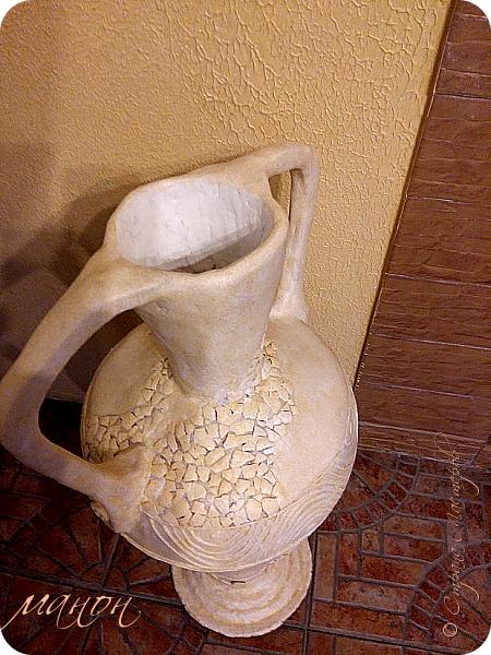 Всем привет!  Наконец-то доделала свою вазу.Мне кажется неплохо получилось.В СМ много разных красивых ваз,но внимательно изучив МК,поняла,что для меня слишком сложно будет вырезать из картона кучу деталей,а у мужа на стройке много всяко-разного.ИЗ остатков пенопласта и куска канализационной трубы,недолго мучившись,форма вазы нарисовалась сама.Там далее есть немного фото процесса.Сложнее было придумать рисунок.для начала приклеила яичную скорлупу,затем думала пейп-артом украсить,но лень одолела и я пошла самым лёгким путём,нанесла примитивный рисунок шпатлёвкой не сильно стараясь.По низу вазы и на ручках гипсовые отливки из пуговицы.далее покраска и лак.Высота что-то около метра..ВСЁ. Уже успела подарить,остались довольны. фото 6