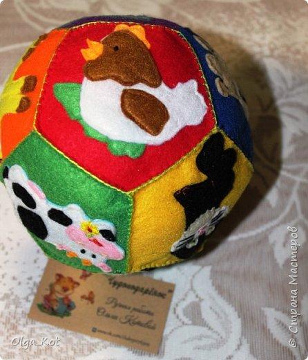 Мячик из фетра для малышей. На каждой стороне мячика я сшила животное фото 2