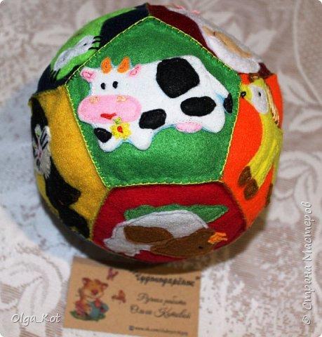 Мячик из фетра для малышей. На каждой стороне мячика я сшила животное фото 1