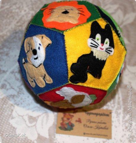 Мячик из фетра для малышей. На каждой стороне мячика я сшила животное фото 3