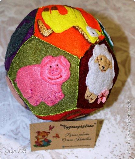 Мячик из фетра для малышей. На каждой стороне мячика я сшила животное фото 4