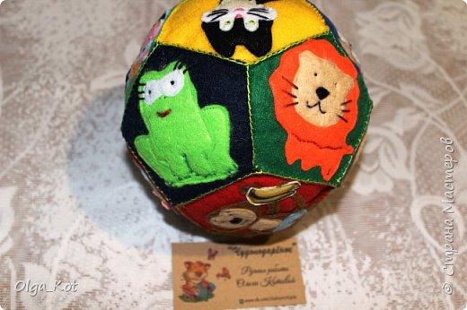 Мячик из фетра для малышей. На каждой стороне мячика я сшила животное фото 5