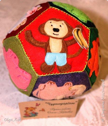 Мячик из фетра для малышей. На каждой стороне мячика я сшила животное фото 6