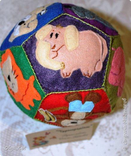 Мячик из фетра для малышей. На каждой стороне мячика я сшила животное фото 7