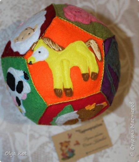 Мячик из фетра для малышей. На каждой стороне мячика я сшила животное фото 8