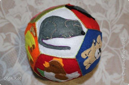 Мячик из фетра для малышей. На каждой стороне мячика я сшила животное фото 9