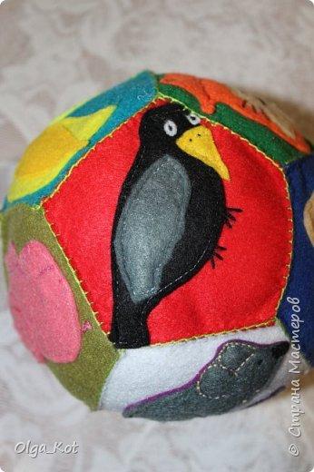 Мячик из фетра для малышей. На каждой стороне мячика я сшила животное фото 10