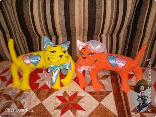 В интернете видела интерьерные игрушки, которые были взяты за основу подушек - игрушек. Эти были сделаны в подарок на свадьбу. фото 1