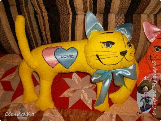 В интернете видела интерьерные игрушки, которые были взяты за основу подушек - игрушек. Эти были сделаны в подарок на свадьбу. фото 2