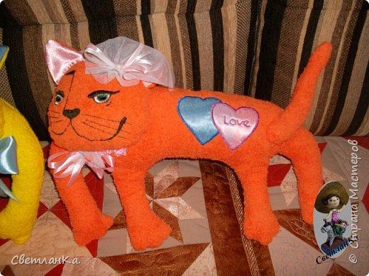 В интернете видела интерьерные игрушки, которые были взяты за основу подушек - игрушек. Эти были сделаны в подарок на свадьбу. фото 3