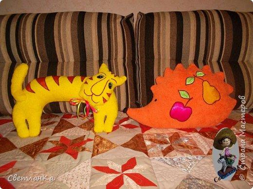 В интернете видела интерьерные игрушки, которые были взяты за основу подушек - игрушек. Эти были сделаны в подарок на свадьбу. фото 4